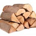 Brennholz stapel aus einzelnen Scheiten auf weissem Hintergrund.